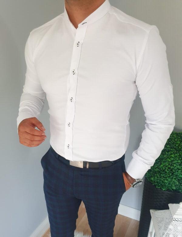 Biała męska koszula ze stójką i ozdobnymi obszyciami