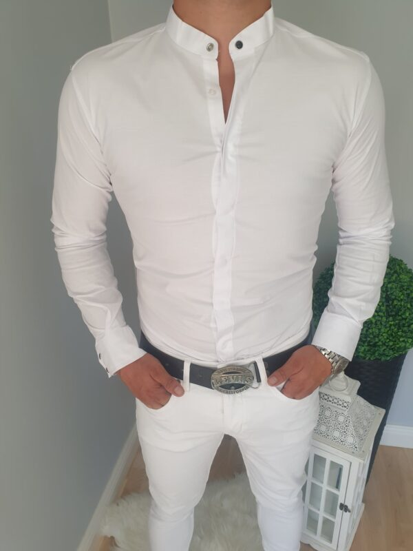 Biała męska koszula z ozdobnymi napami