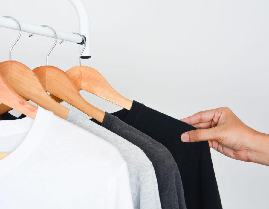 Stylowa, czarna męska bluza bez kaptura idealna na każdą okazję