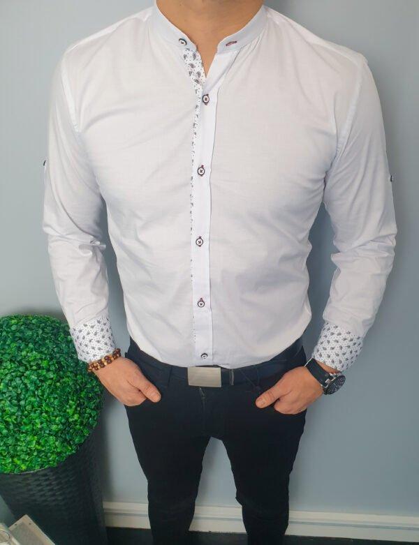Biała męska koszula ze stójką i ozdobnymi wzorkami