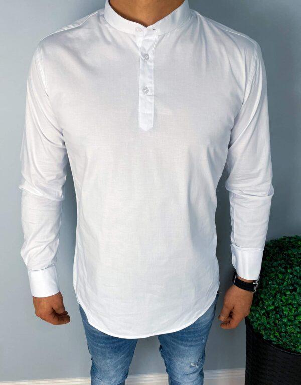 Biała męska koszula zapinana do połowy