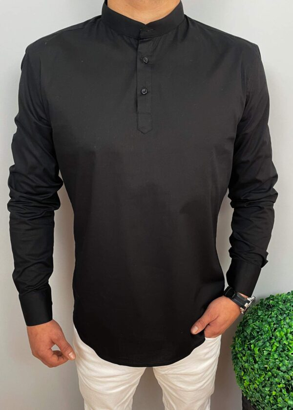 Czarna męska koszula zapinana do połowy